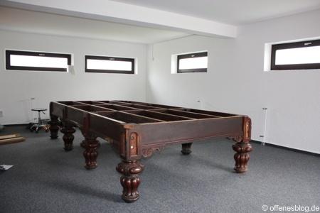 Snookertisch Aufbau Beine und Holzrahmen