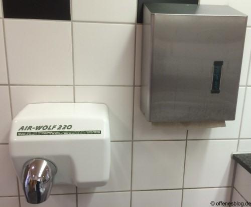 Hände trocknen - Warmluft oder Papier?