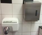 Hände trocknen - elektrisch oder Papier
