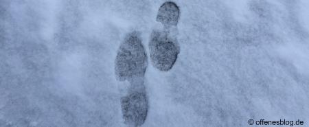 Verschneiter Gehweg