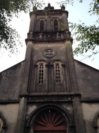 Katholische Kirche im Ortskern Duong Lams