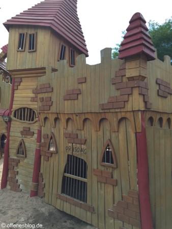 Spielplatz Ritterburg Gefängnisgitter
