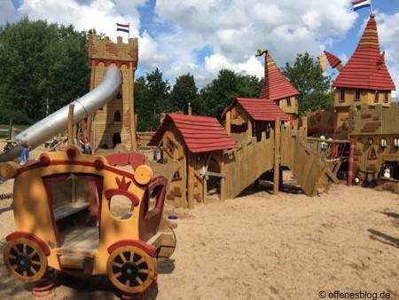 Spielplatz Ritterburg Überblick mit Pferdekutsche